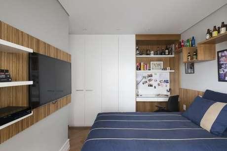 42. Escrivaninha para quarto embutida em painel de madeira. Projeto de Gustavo Motta