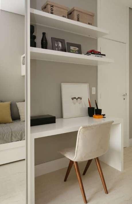 44. Escrivaninha para quarto e prateleiras embutidas com o guarda-roupa. Projeto de Chris Silveira e Arquitetos