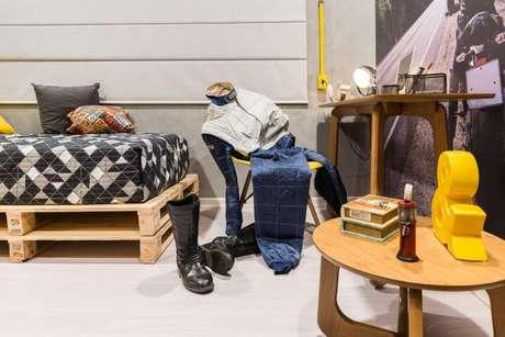 49. Escrivaninha para quarto de madeira com cama de pallet. Projeto de Morar Mais Por Menos Goiânia