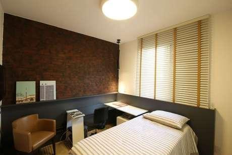 35.A escrivaninha de quarto fica no canto e é integrada à prateleira ao lado da cama. Projeto de Mutabile
