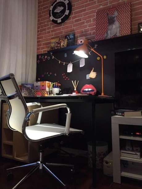 45. Escrivaninha para quarto moderno na cor preta. Projeto de Lucio Nocito