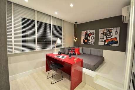 47. Escrivaninha para quarto vermelha em ambiente de cores neutras. Projeto de BG Arquitetura