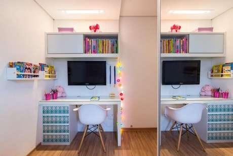 32. A escrivaninha para quarto branca dá liberdade para usar bastantes itens coloridos na decoração. Projeto de Buji