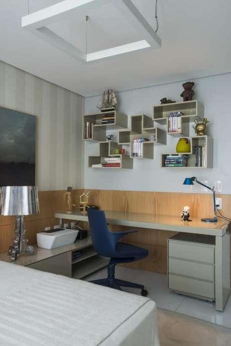 52. Escrivaninha para quarto bege com cadeira azul. Projeto de Rodrigo Maia