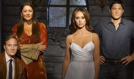 9 -Ghost Whisperer: a série fala sobre fantasmas em um mundo real. Melinda Gordon consegue ver e falar com espíritos, e em todo episódio ela tenta ajudá-los a acabar seus negócios por aqui para poderem partir em paz