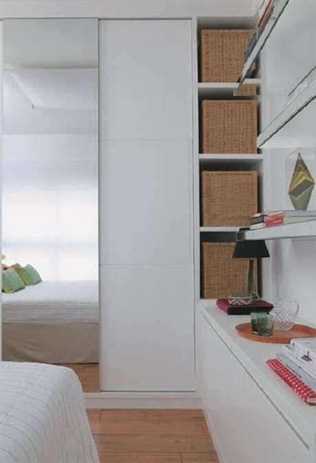 17. Quarto decorado com guarda roupa branco com espelho e cestos organizadores – Foto: Casar É…