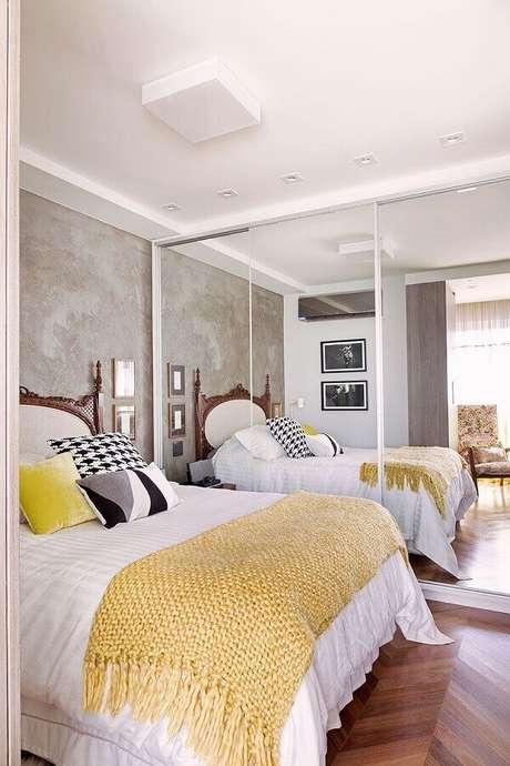 1. O guarda roupa com espelho pode trazer vantagens para o seu quarto decorado – Foto: Tha Decorando