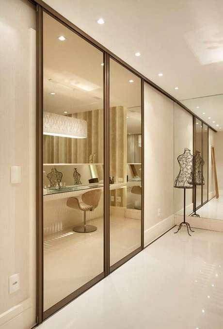 21. Decoração sofisticada para closet com guarda roupa porta de correr com espelho – Foto: Construindo Minha Casa Clean