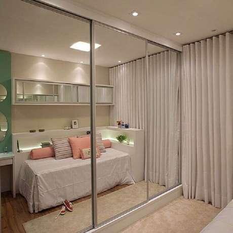 24. Decoração para quarto feminino com guarda roupa grande com espelho e portas de correr – Foto: ConstruindoDECOR