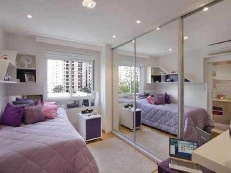 25. Modelo grande de guarda roupa solteiro com espelho para quarto decorado em branco e lilás – Foto: RW7 Móveis e Decorações