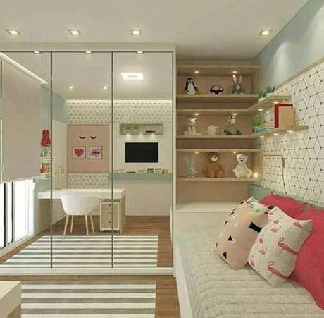 26. Guarda roupa solteiro com espelho para decoração de quarto infantil com prateleiras de madeira – Foto: Pinterest