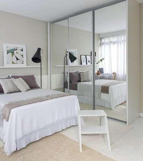 28. Decoração clean com guarda roupa com espelho para quarto de casal todo branco com luminária de piso – Foto: Decoração Simples