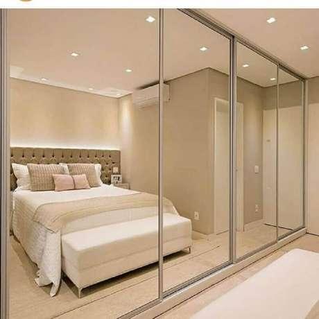 29. Guarda roupa grande com espelho para decoração de quarto de casal em cores neutras – Foto: Dicas Decor