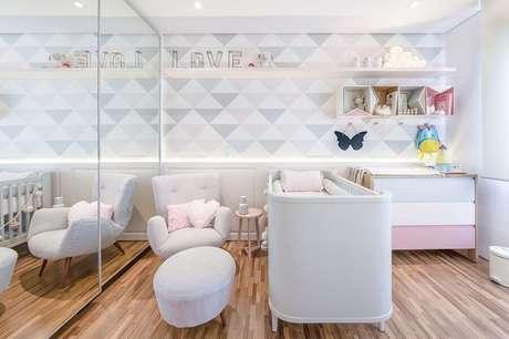 30. O quarto de bebê também pode ser decorado com guarda roupa com espelho – Foto: Assetproject