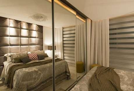 31. O guarda roupa grande com espelho deixa a decoração do quarto de casal ainda mais sofisticada – Foto: Anna Maya & Anderson Schussler