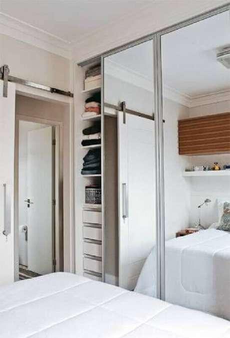 35. Modelo de guarda roupa com espelho para quarto pequeno – Foto: Pinterest