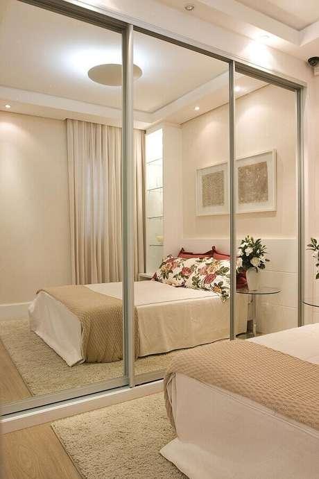 37. Guarda roupa com espelho para decoração em tons neutros de quarto – Foto: Levitrabook
