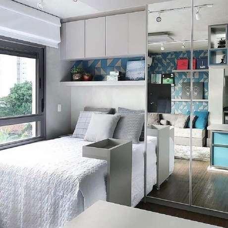 39. Guarda roupa solteiro com espelho para decoração de quarto moderno cinza – Foto: Decore Você