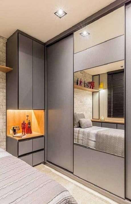 44. Guarda roupa com espelho para decoração de quarto cinza planejado – Foto: Dicas Decor