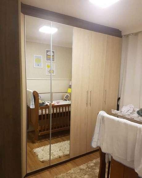 46. Quarto de bebê decorado com guarda roupa de madeira com espelho – Foto: Decorplan Furniture Marcenaria