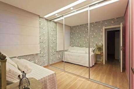 48. Guarda roupa com espelho grande para decoração de quarto de solteiro feminino – Foto: Pinterest