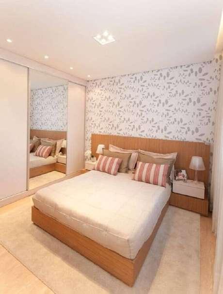 49. Quarto decorado com papel de parede e guarda roupa branco com espelho – Foto: Pinterest