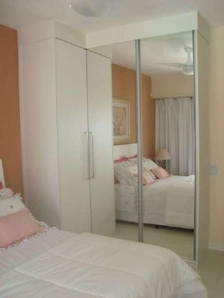 3. O guarda roupa branco com espelho é o móvel perfeito para quartos pequenos – Foto: Ideias Decor