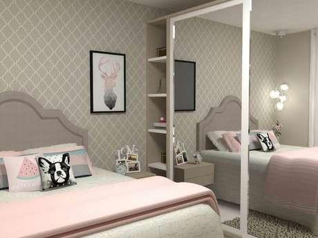50. Decoração para quarto planejado cinza e rosa com guarda roupa com espelho – Foto: Pinosy