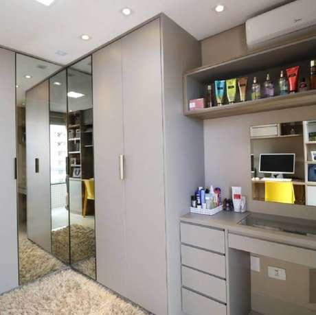 51. Guarda roupa com espelho planejado para decoração de quarto cinza – Foto: Marcenaria Tok Finalli