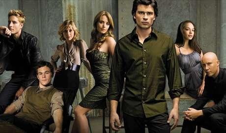 3 -Smallville: Smallville é uma série antiguinha, mas sempre fofa! Conta a história do Superman quando ele era apenas Clark Kent, um adolescente enfrentando a escola e seus pais rígidos. Além disso ele também tentava conquistar o amor de sua vida!