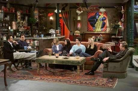 Chandler, Ross, Rachel, Phoebe, Monica e Joey no Central Perk