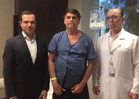 O presidente Bolsonaro ladeado pelos médicos Luiz Henrique Borsato (esq.) e Antonio Luiz Macedo