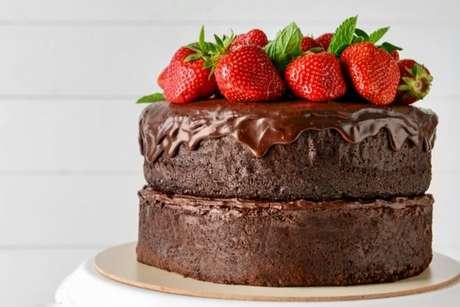 Esse bolo de morango com chocolate vai conquistar a todos