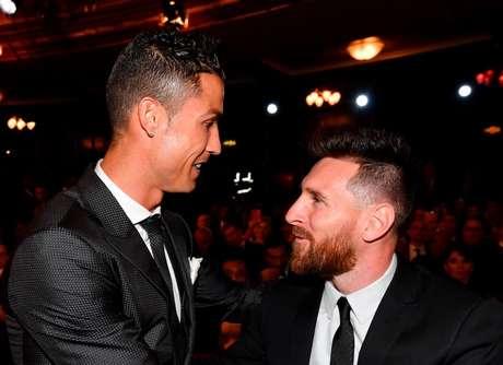 Messi e Cristiano estiveram lado a lado na premiação da Uefa (Foto: Reprodução/Twitter)