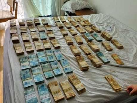 Agentes encontraram R$ 600 mil no apartamento.