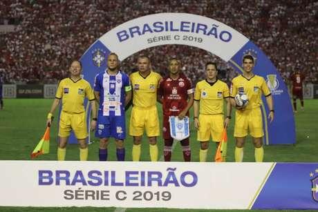 Árbitro Leandro Vuaden marcou pênalti de forma polêmica (Foto: Léo Lemos/Divulgação)