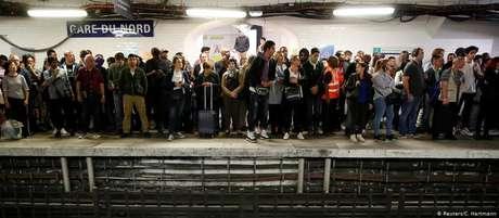 Dez das 16 linhas de metrô da capital francesa não funcionaram