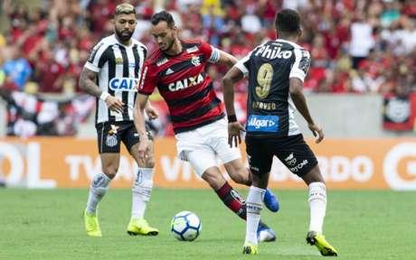 No último encontro, em 2018, Gabigol estava no Santos e Réver no Flamengo (Foto: Celso Pupo/Fotoarena)