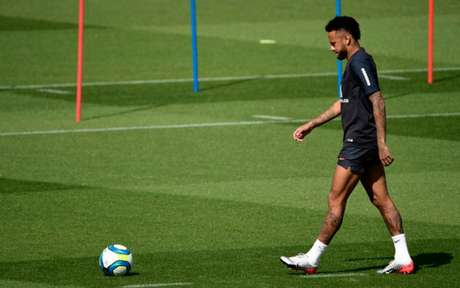 Neymar precisará trabalhar para recuperar admiração da torcida do PSG (Foto: MARTIN BUREAU / AFP)