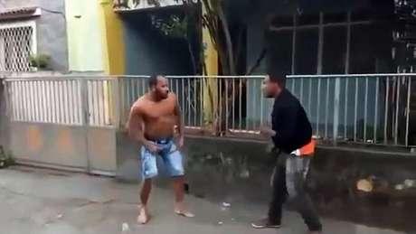 """À direita no vídeo, Gabriel """"Vem tranquilo"""" bombou na web e fará sua estreia no MMA (Reprodução)"""