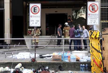 Peritos analisam o hospital Badim, que pegou fogo no Rio de Janeiro