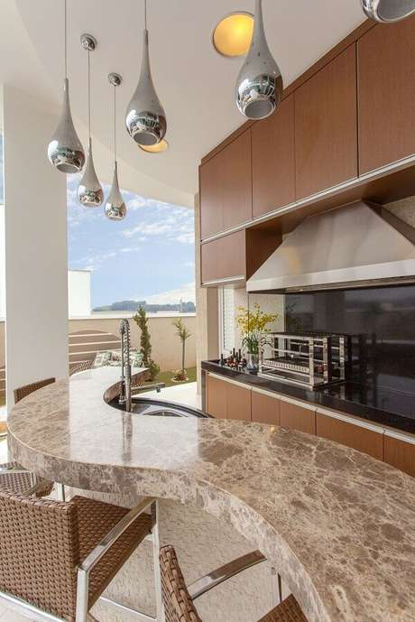 54- Área de churrasqueira com balcão curvo de mármore. Projeto por Iara Kílaris