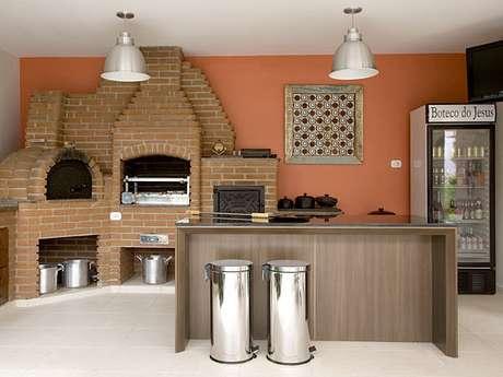 7. Área de churrasco simples com geladeira.