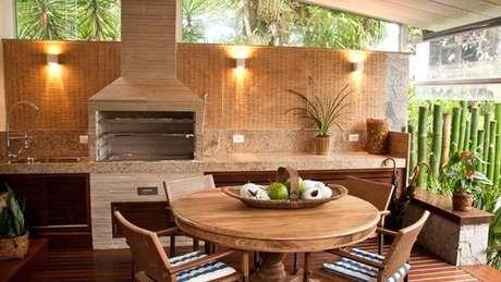 6. Área de Churrasco com móveis em madeira.