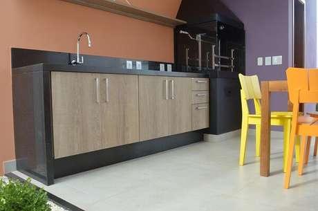 59- Área de churrasqueira compacta e bancada preta. Projeto por Fiorella Queiroz