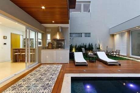 60- Área de churrasco estruturada próxima a piscina. Projeto por Otoni Arquitetura
