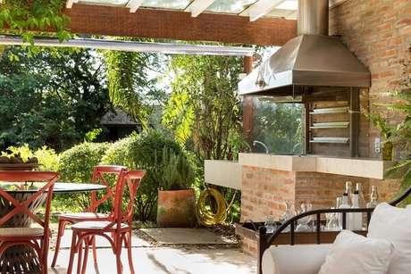 61- Área de churrasco feita com parede de tijolinhos. Projeto por Kali Arquitetura