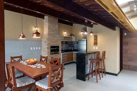62- Área de churrasco feita em tijolinhos com pendentes de cobre. Projeto por Bernal Projetos