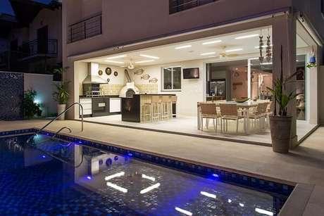 63- Área de churrasco integra ao ambiente de piscina. Fonte: Revista Viva Decora