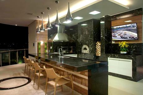 11. Área de churrasco moderna em apartamento.